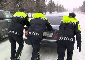 Polis köməksiz vəziyyətdə qalan sürücü və sərnişinlərə kömək edib
