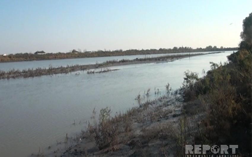 Kür çayında suyun səviyyəsi aşağı düşüb, Salyan əhalisinə içməli su verilməsində çətinliklər yaranıb - FOTO