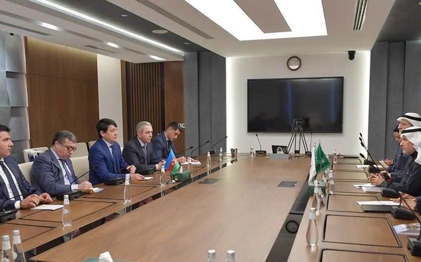 Fuad Muradov Humanitar Yardım Mərkəzinin rəhbəri ilə görüşdü