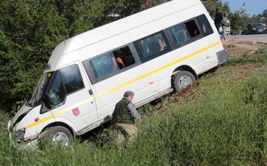 18 schoolchildren injured as bus rolls over in Turkey