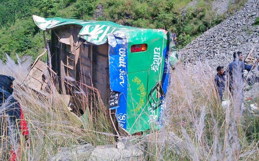 Nepalda sərnişin avtobus dərəyə aşıb: 19 ölü, 16 yaralı - VİDEO