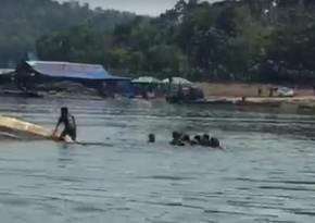 В Индонезии ищут девять человек после опрокидывания лодки