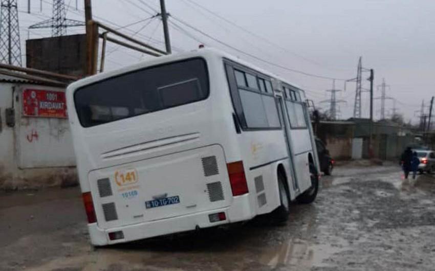 В Хырдалане пассажирский автобус застрял на ремонтируемой дороге - ФОТО