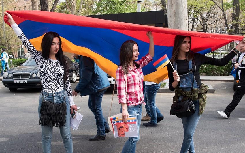Ermənistan Təhsil Nazirliyinin qarşısında etiraz aksiyası keçirilib