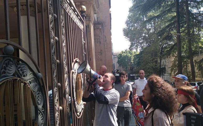 Gürcüstan parlamentinin qarşısında etiraz aksiyası başlayıb