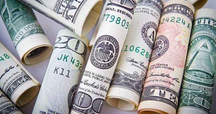 Доллар снижается к мировым валютам после Дня благодарения в США