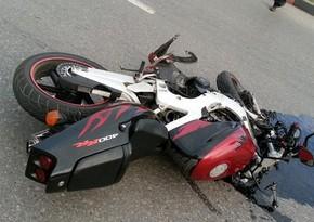 В Баку мотоциклист сбил 62-летнего пешехода