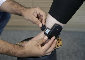В Азербайджане на врача-гинеколога надели электронный браслет