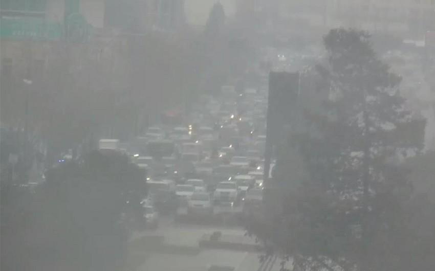 Снежная погода осложнила обстановку на дорогах Баку - ФОТО