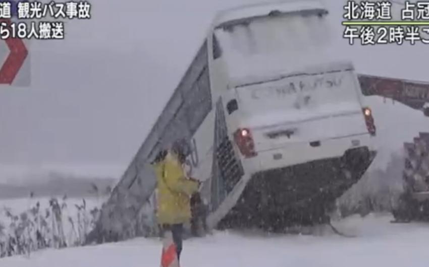 Yaponiyada içərisində 34 turistin olduğu avtobus aşıb