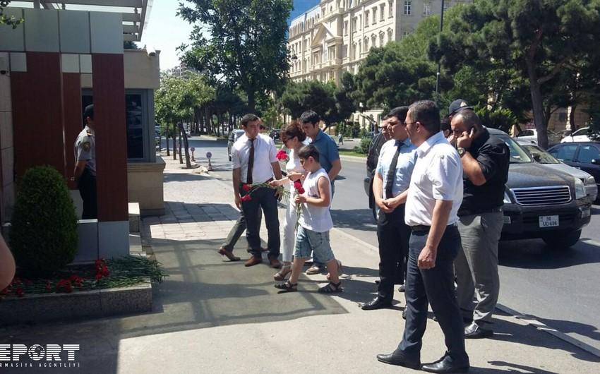 Жители Баку продолжают нести цветы к посольству Турции - ФОТО