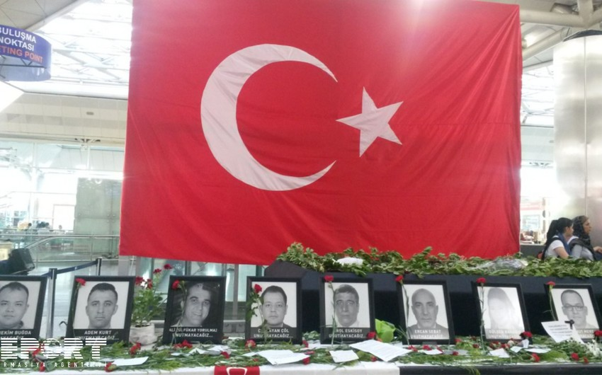 İstanbulun Atatürk hava limanında terror qurbanlarının xatirəsinə stend qoyulub - FOTOREPORTAJ