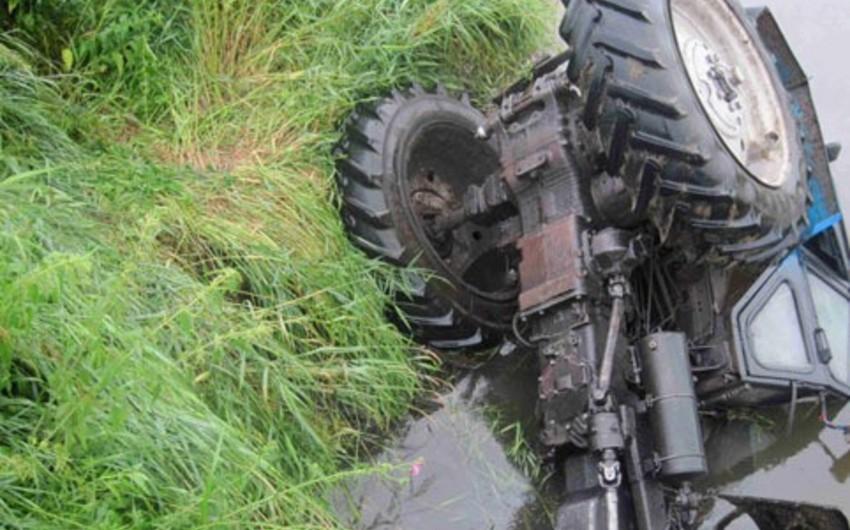 Qubada traktor aşıb, sürücü ölüb