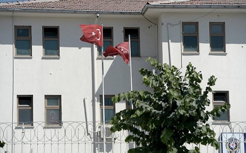 İstanbulda silahlılar polis şöbəsinin binasını atəşə tutub
