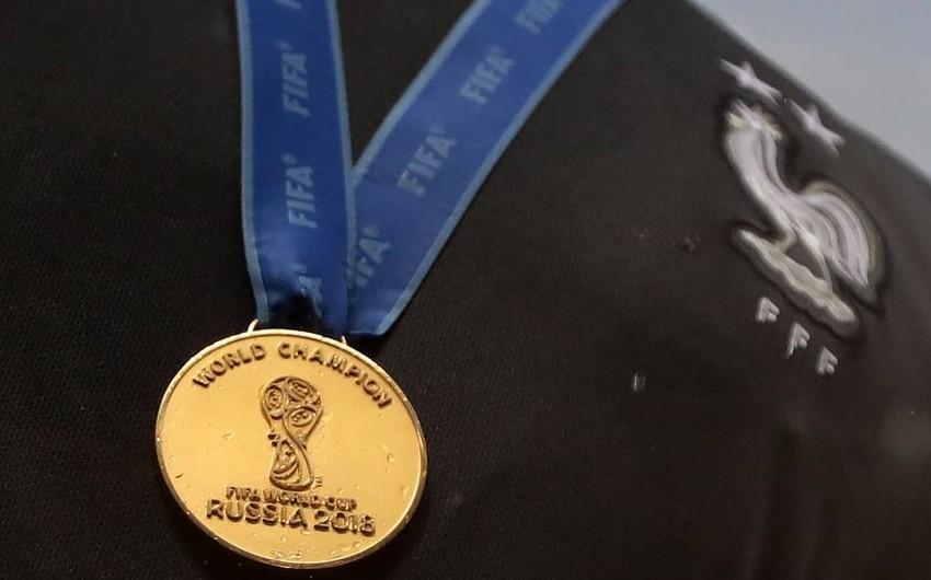 Fransalı futbolçu DÇ-2018-in qızıl medalını satdı