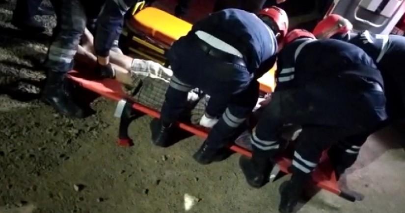 В Баку сильный ветер снес крышу дома, оставшийся под завалами мужчина вызволен