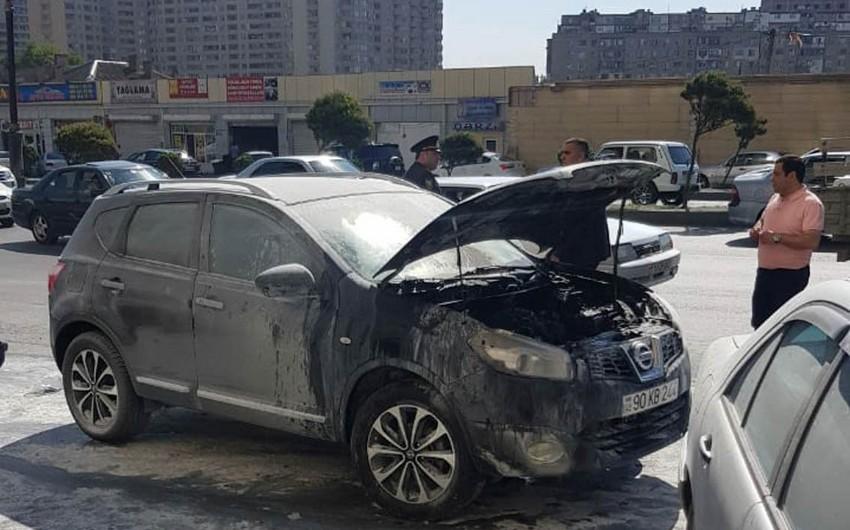 Polis idarəsinin qarşısında vəzifəli şəxsin avtomobili yanıb - VİDEO