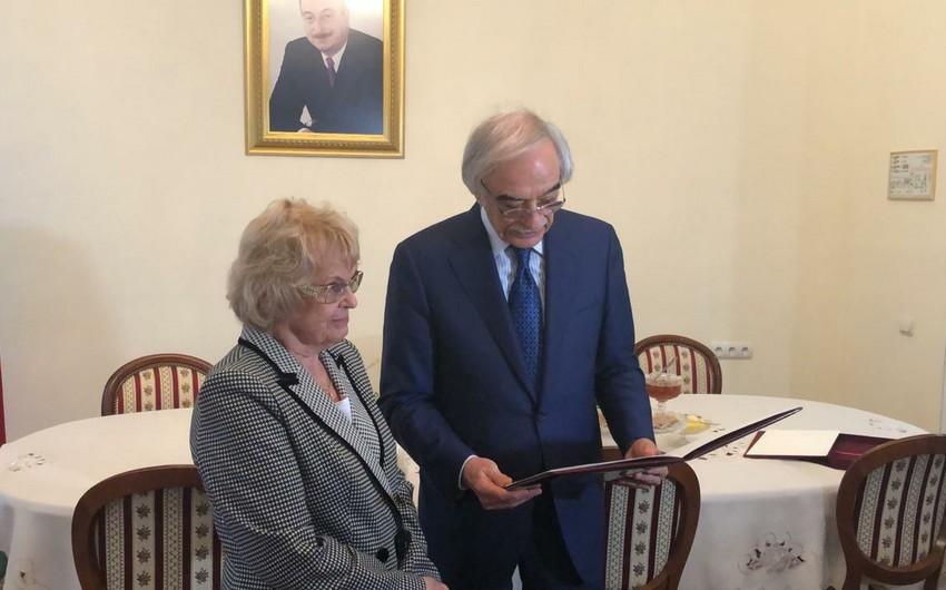 Azərbaycan səfirliyində rusiyalı alimə diplom təqdim olunub