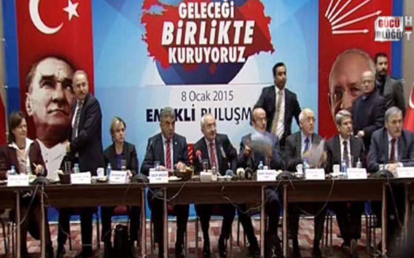 Türkiyədə müxalifət liderinə ayaqqabı atılıb - VİDEO
