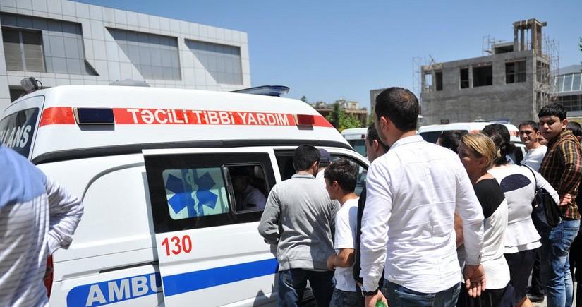 В Баку ребенок выпал из окна здания для журналистов