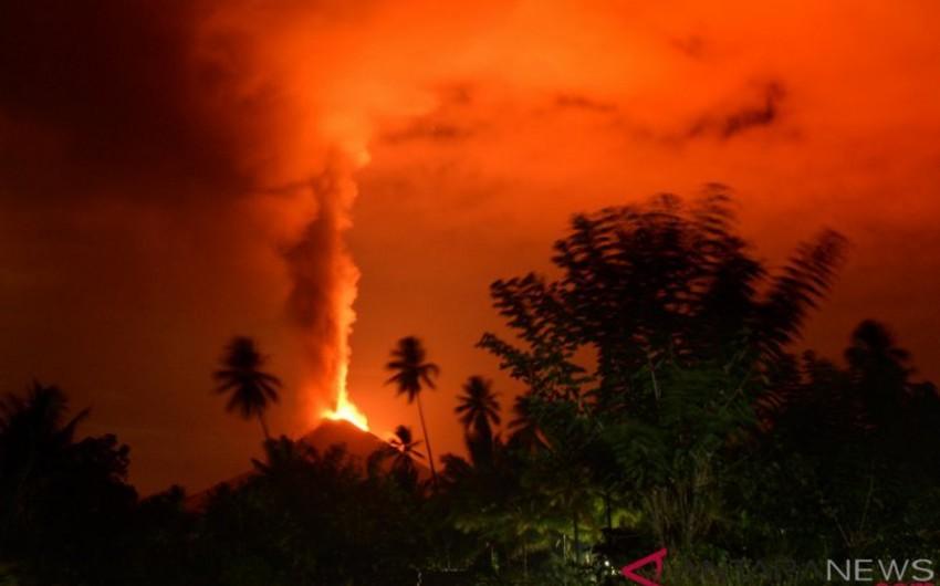 İndoneziyanın Sulavesi adasında vulkan püskürüb