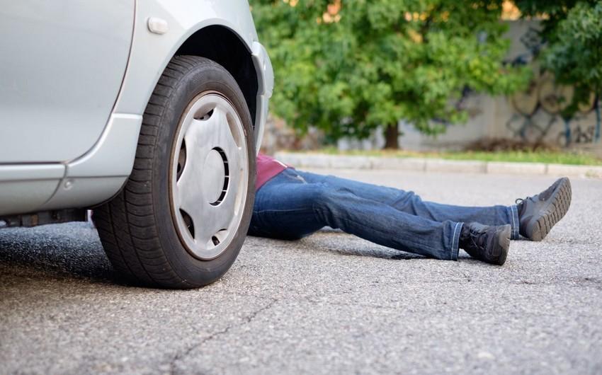 Bakıda avtomobil piyadanı vurdu
