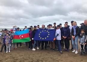 Представители посольств стран ЕС очистили бакинский пляж от мусора