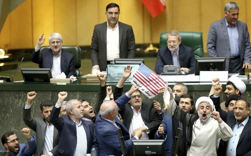İran parlamentində ABŞ bayrağı və nüvə sazişi yandırılıb - VİDEO
