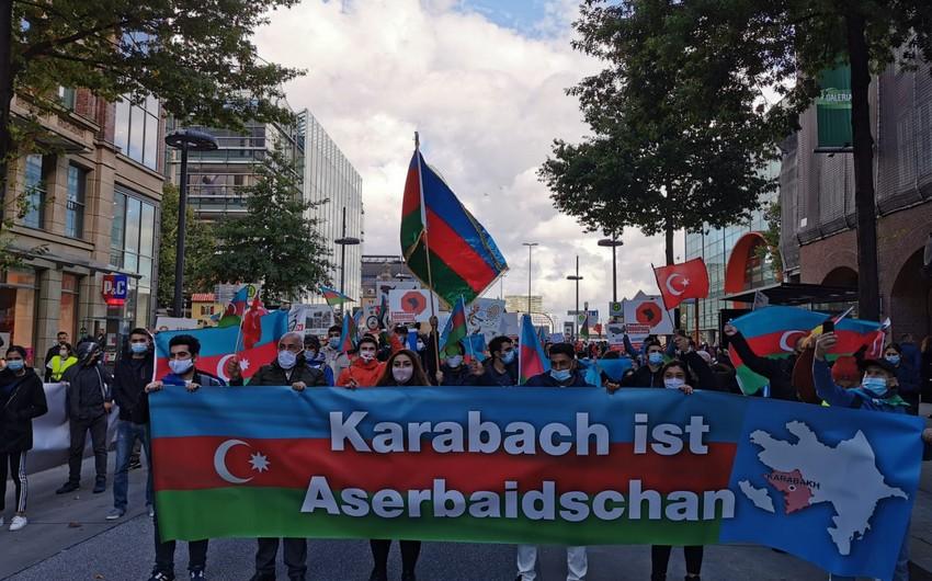 Almaniyadakı diasporumuz Gəncə terroruna qarşı aksiya keçirib