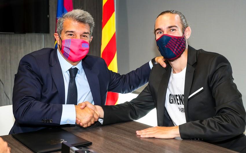 Barselona futbolçusu ilə müqaviləni uzatdı