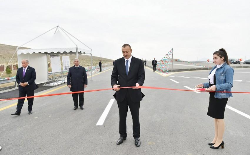 Президент Ильхам Алиев отправился с визитом в Гобустанский район