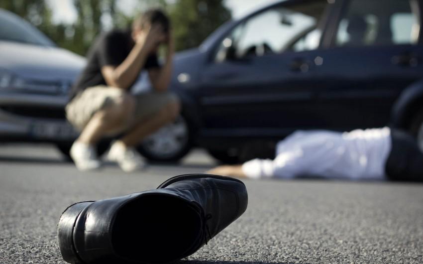 Abşeronda avtomobil yolu keçən piyadanı vurub öldürdü
