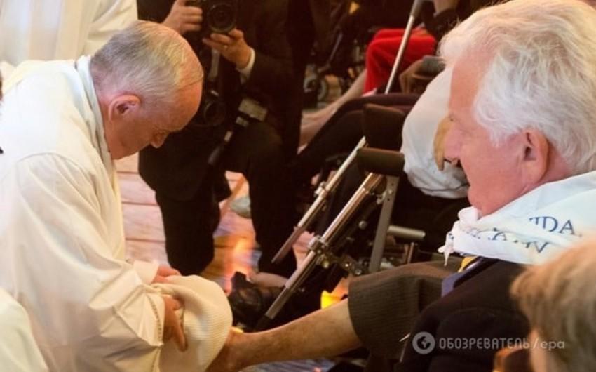Roma papası miqrantların ayaqlarını yuyaraq öpüb