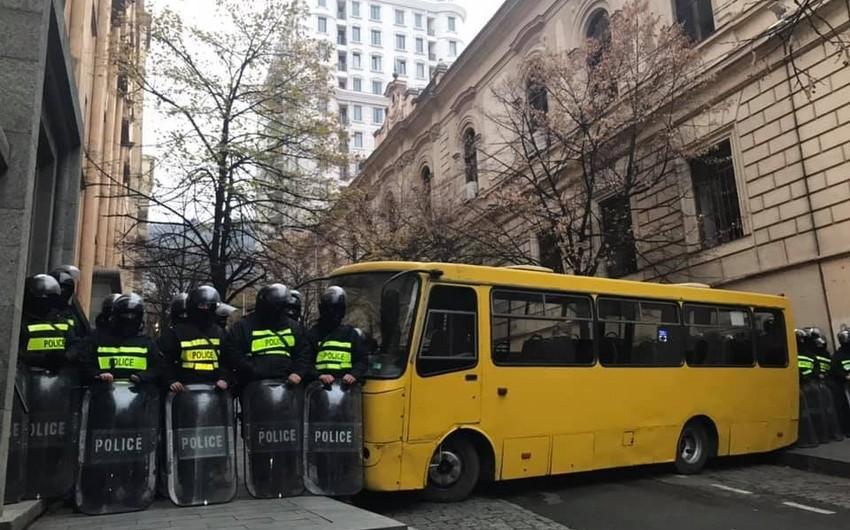 Gürcüstanda polis etirazçılara parlamentin girişinə yaxınlaşmağa imkan vermir