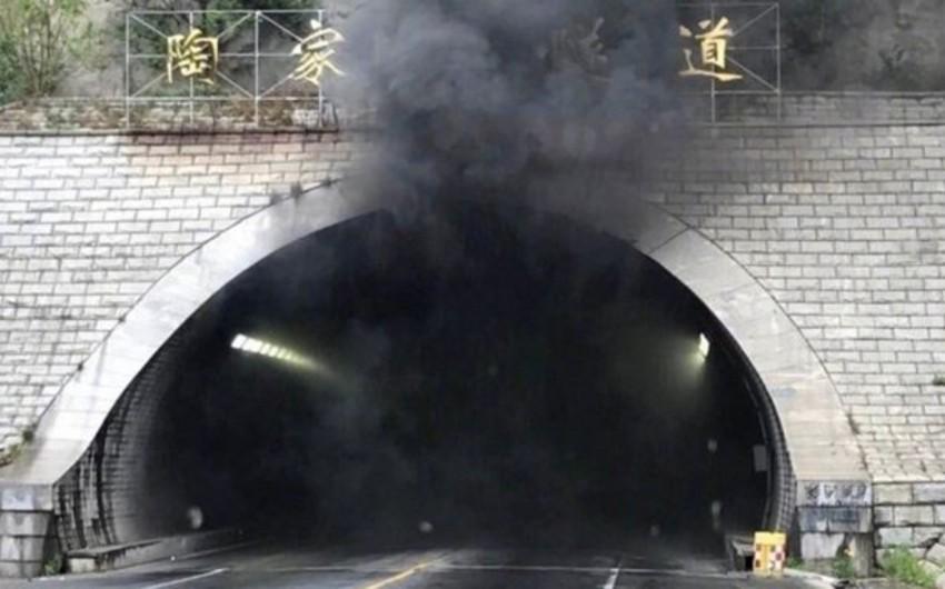 Çində yük maşını tuneldə yanıb, 5 nəfər ölüb