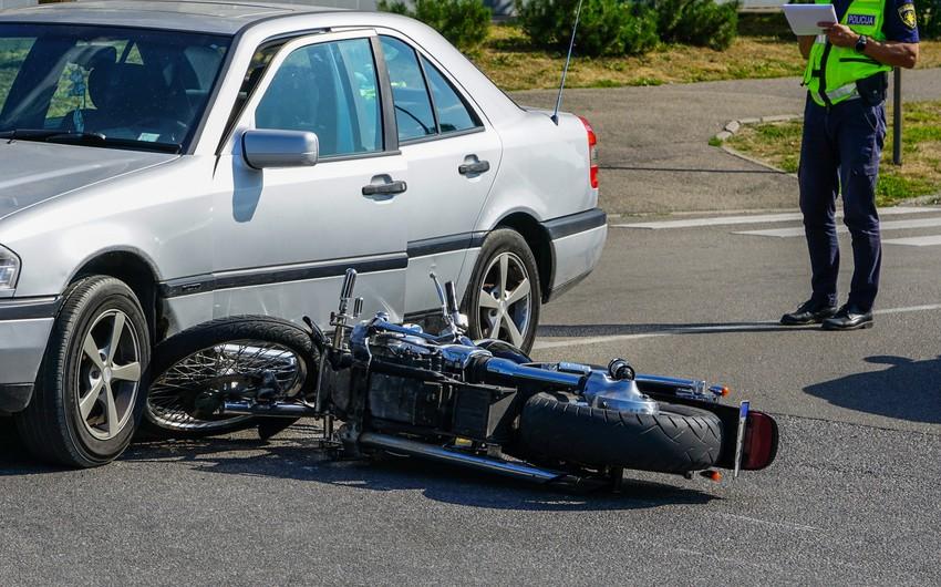 Bakıda motosikletlə avtomobil toqquşub, xəsarət alan var