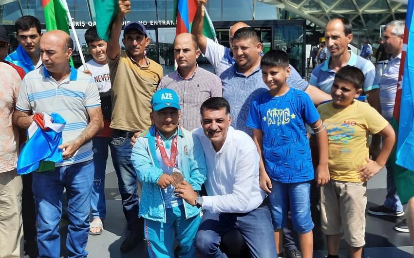 Tokio-2020: Azərbaycanın ilk medalını qazanmış paralimpiyaçı Vətənə qayıdıb