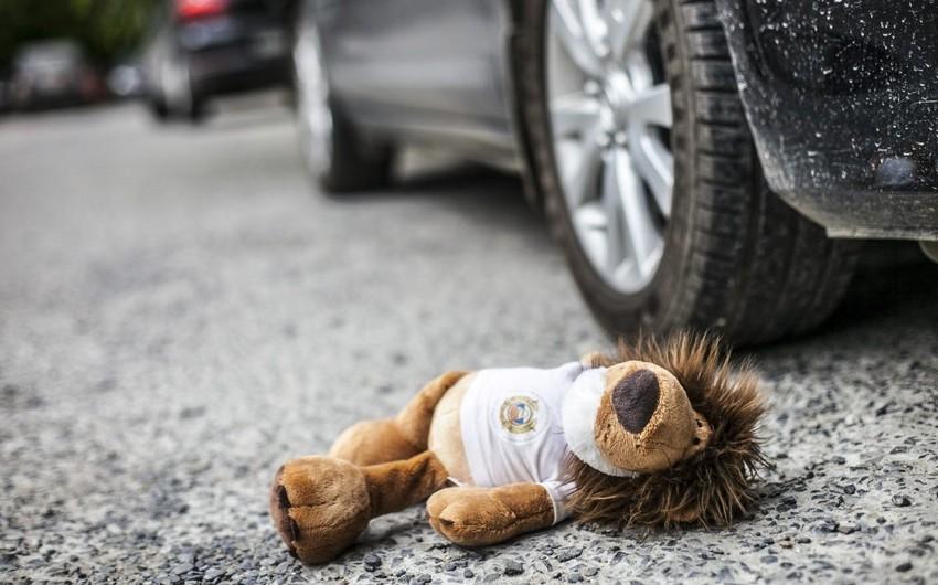 В Баку автомобиль сбил двухлетнего ребенка