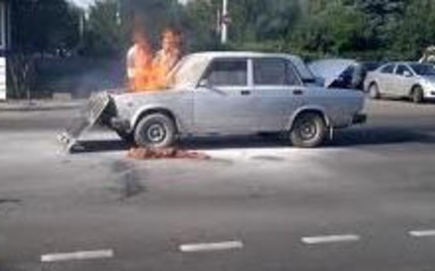 Bakıda minik avtomobili yanıb
