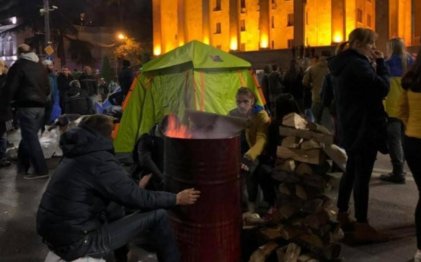Tbilisidə aksiyaçılar parlamentin qarşısında böyük çadır qurublar - YENİLƏNİB