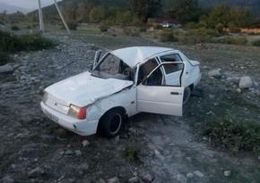 В Огузе перевернулся автомобиль, трое пострадали