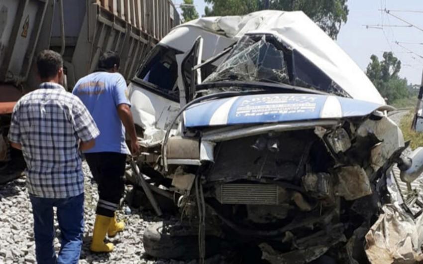 Türkiyədə avtobus qatara çırpılıb, 1 nəfər ölüb, 4 nəfər yaralanıb