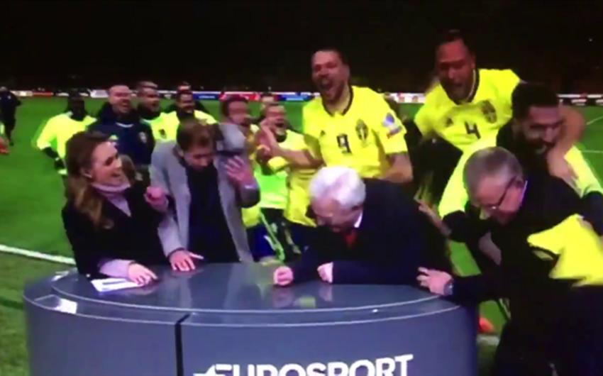 İsveçlilərin mundial sevinci: futbolçular canlı yayımda olan Eurosport şərhçilərinin üzərinə atılıblar - VİDEO