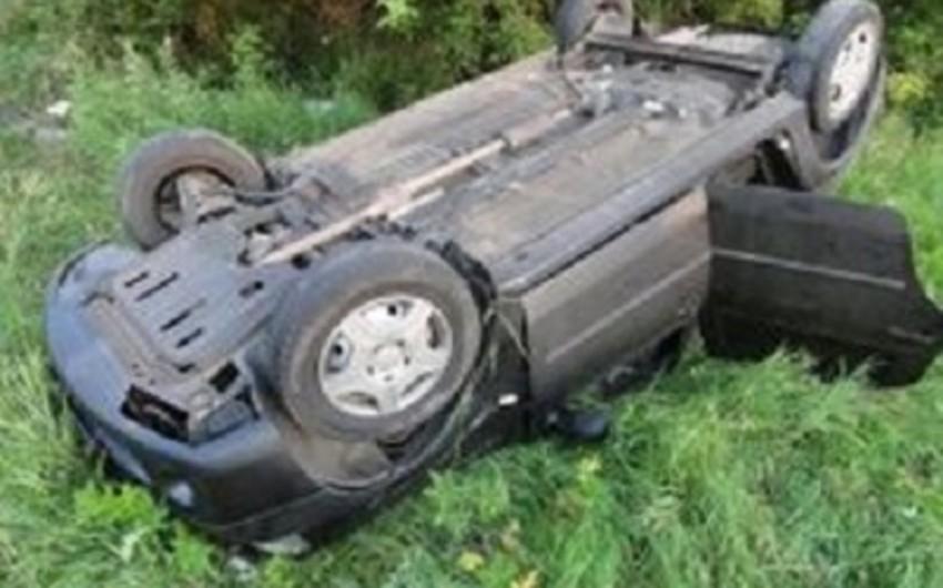 Goranboyda avtomobil dərəyə aşıb, iki nəfər yaralanıb
