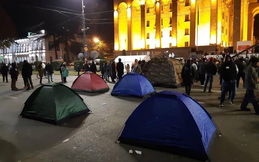 Tbilisidə etirazçılar parlamentin binası qarşısında çadırlar qurublar - YENİLƏNİB-3 - FOTO