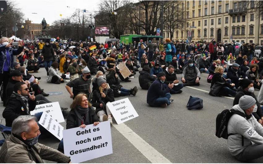 В Германии 12 полицейских пострадали от рук протестующих