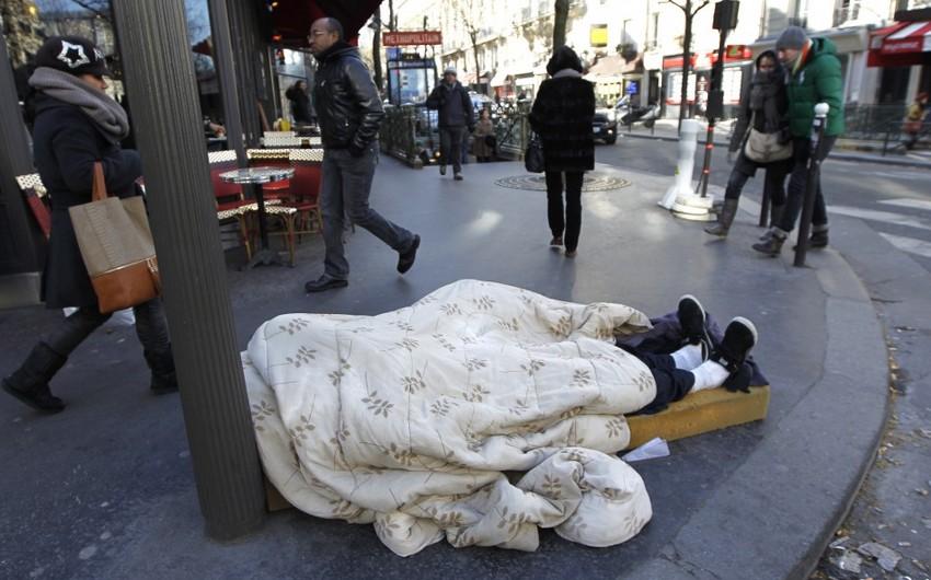 Парижские депутаты провели ночь на улице Парижа для привлечения внимания к бездомным