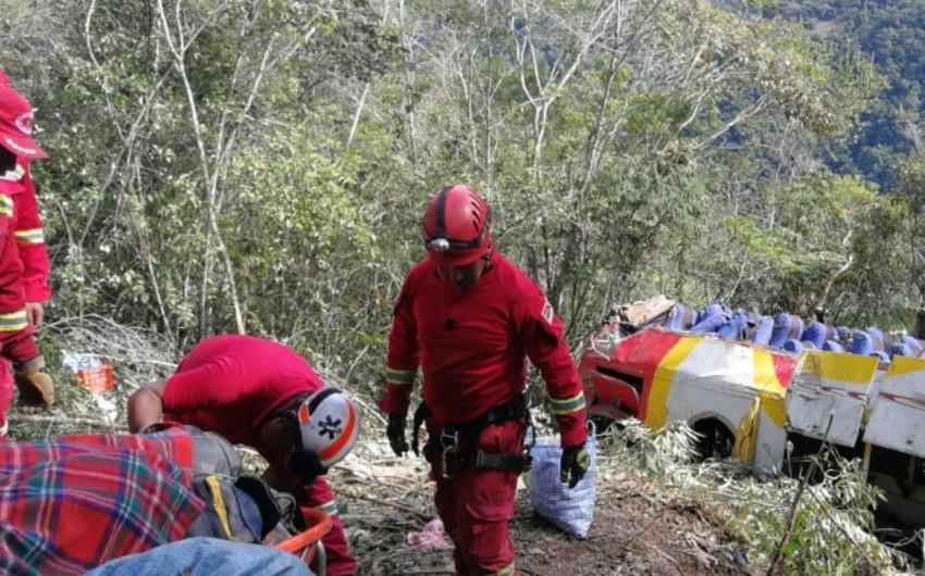 Boliviyada mikroavtobus dərəyə yuvarlanıb, 5 nəfər ölüb