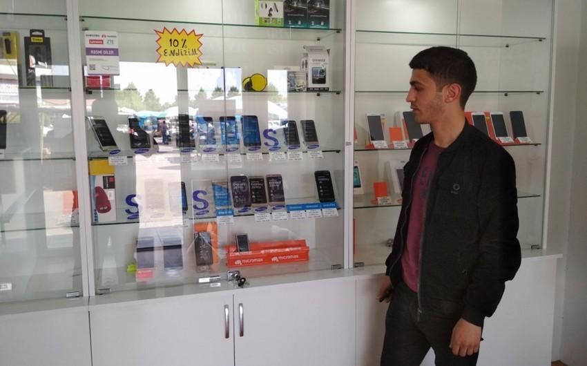 Bərdədə müştəri satıcını aldadaraq mağazadan telefon oğurlayıb - FOTO