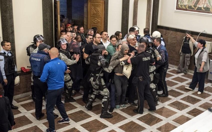 Makedoniya parlamentinin deputatları binadan təxliyə olunur
